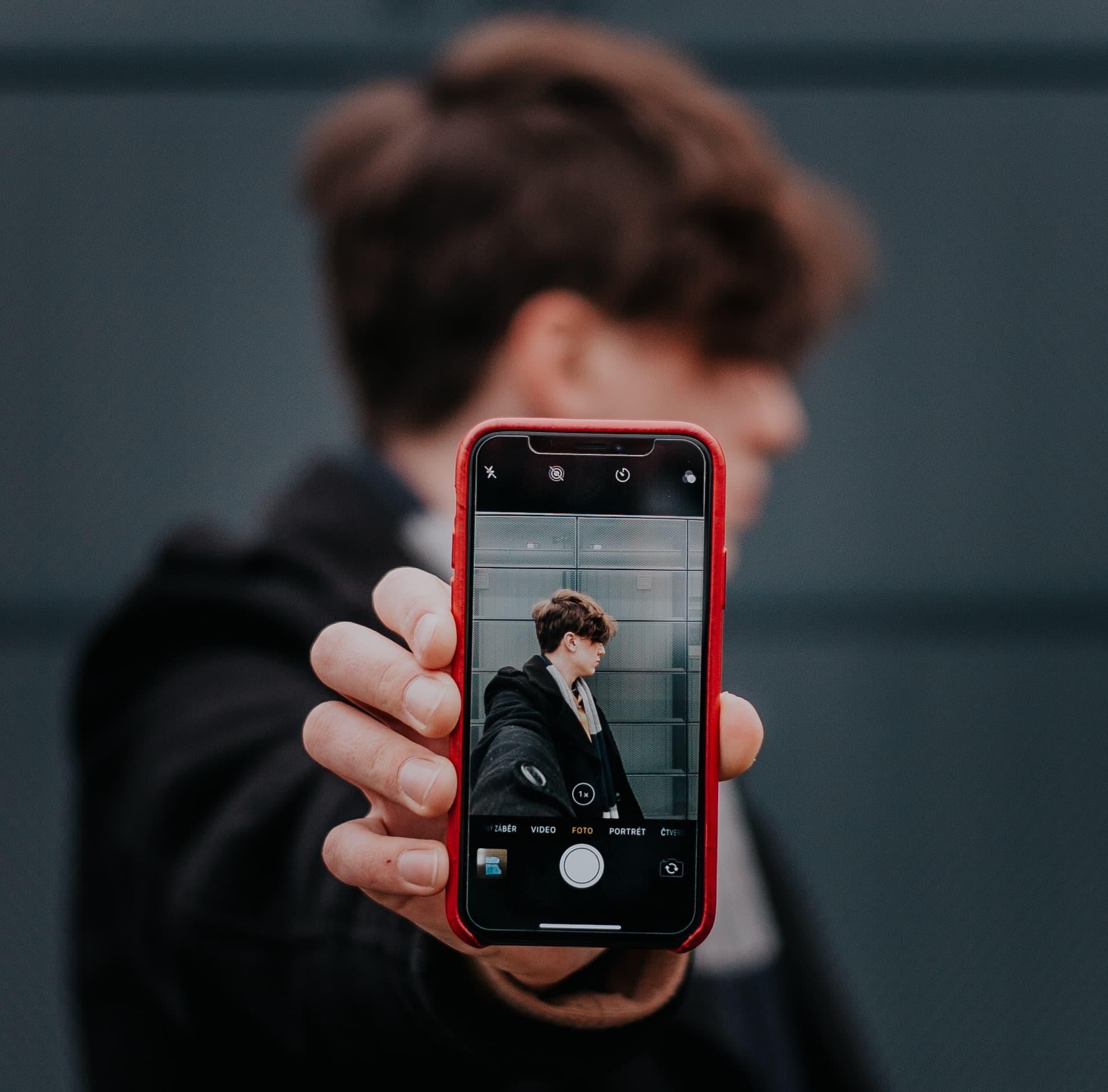 adulto joven de la generación z con smartphone