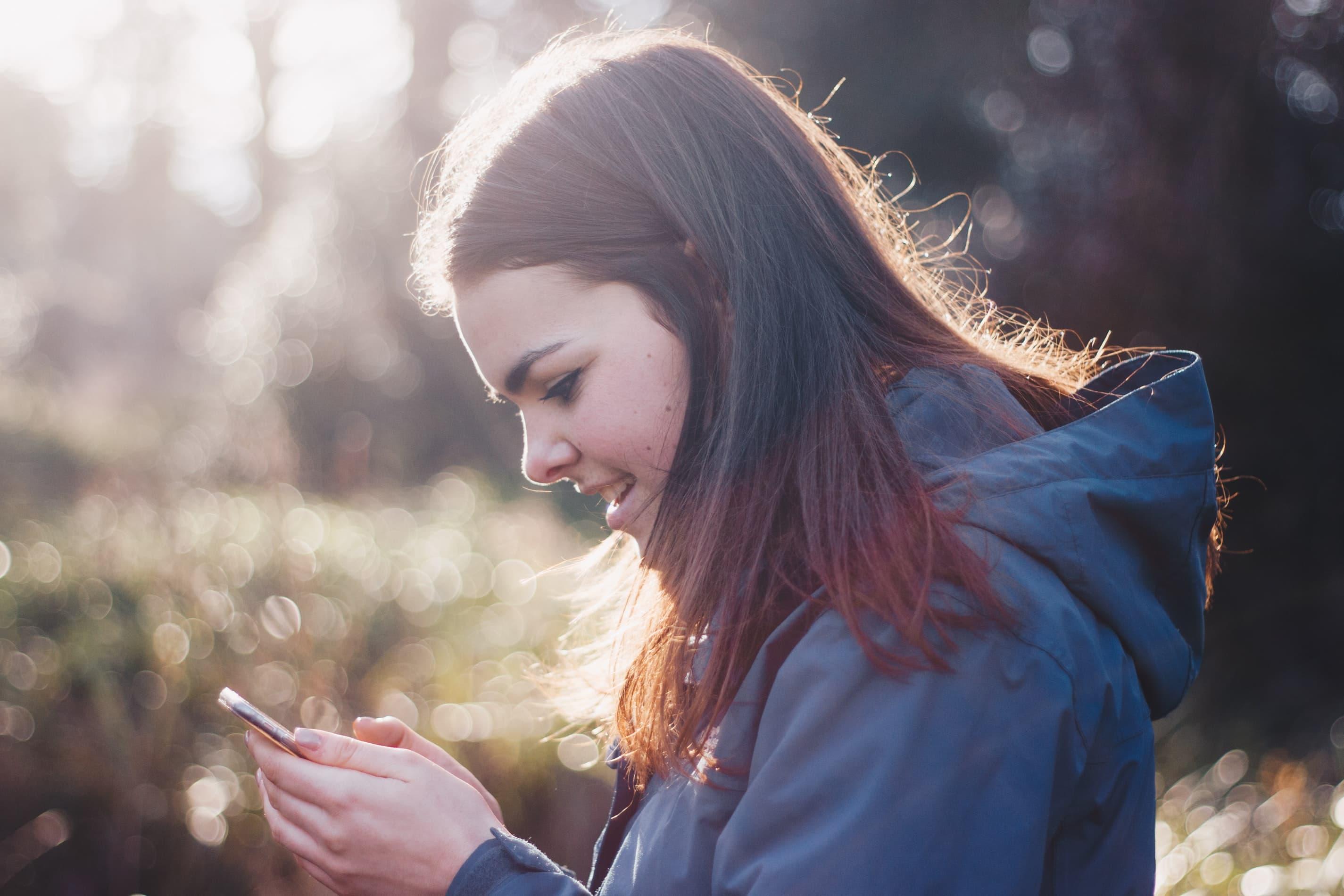 chica de generación z hablando con un voice bot
